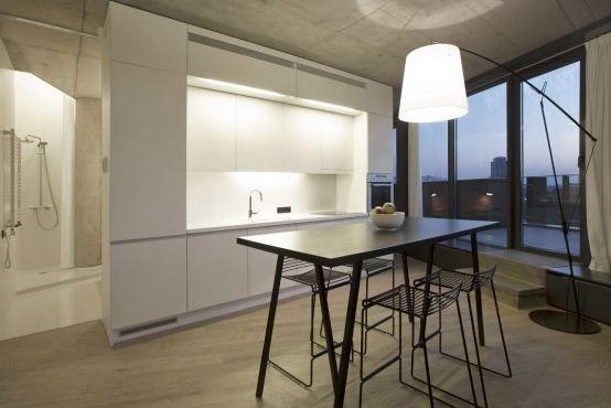 Cocina moderna de casa en terreno irregular