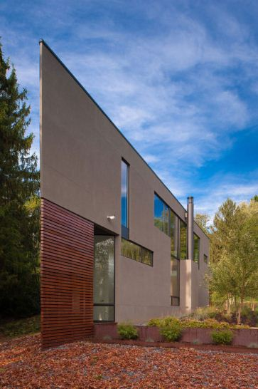 Fachada de casa triangular de dos pisos