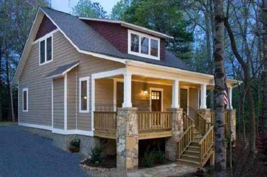 Fachada de casa confortable para terreno en desnivel
