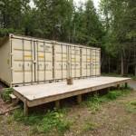 Casa con tres contenedores