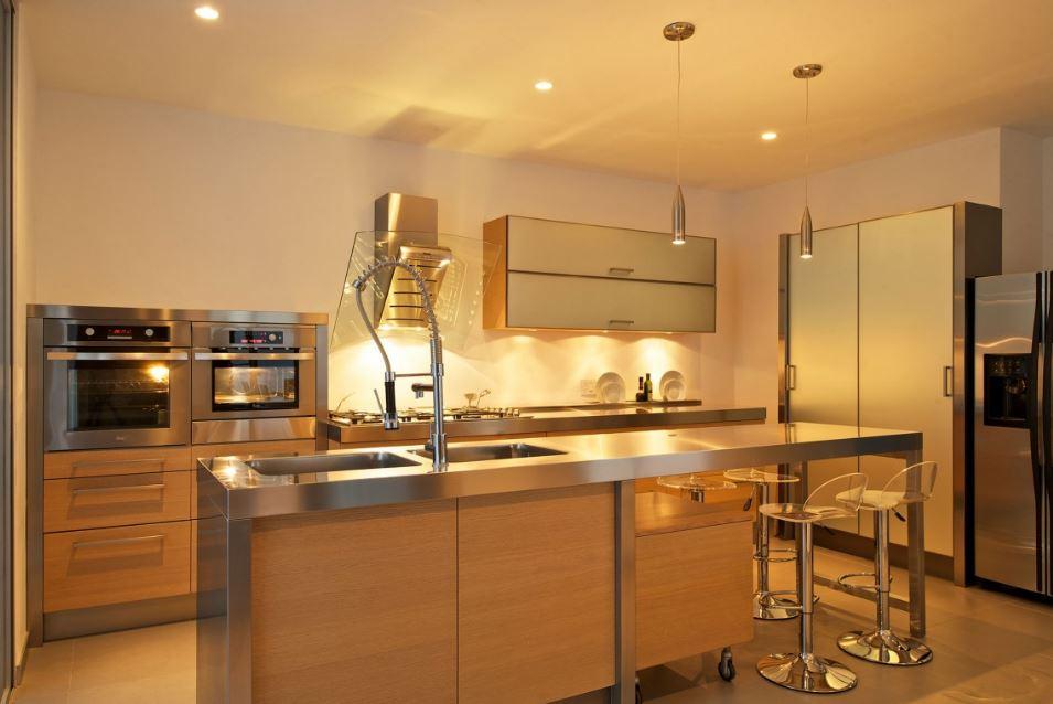 Cocina moderna con encimeras de acero