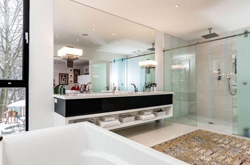 Dise o de casa moderna de cuatro dormitorios planos de for Casas modernas con interiores contemporaneos