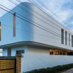 Casa de 2 pisos moderna, paredes curvas en esquinas