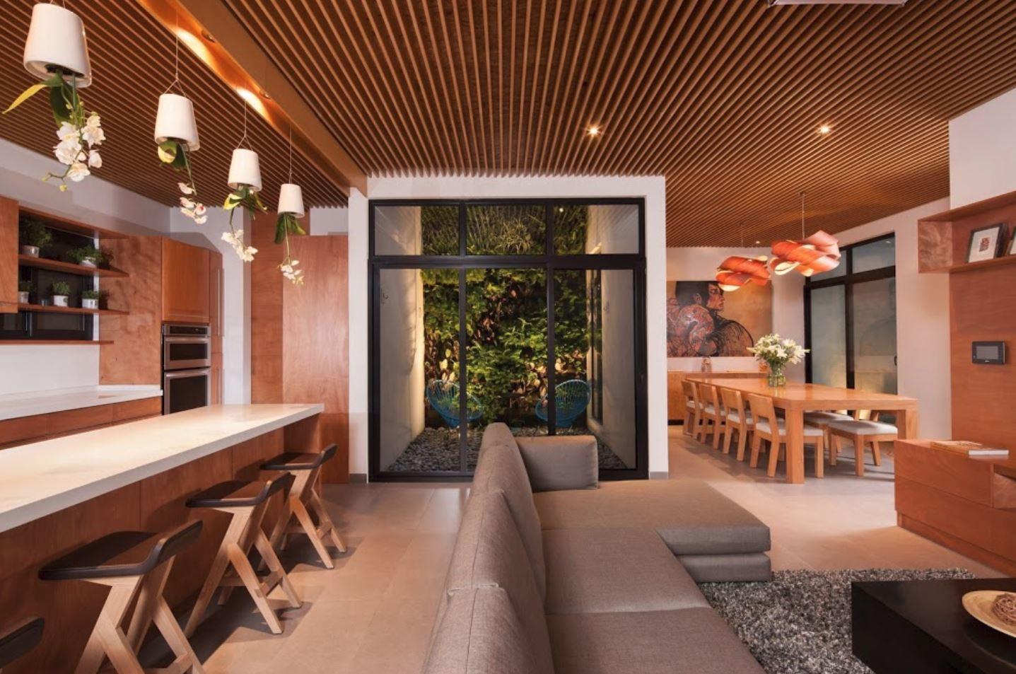 Plano de casa con cielo raso de madera for Planos de casas con patio interior