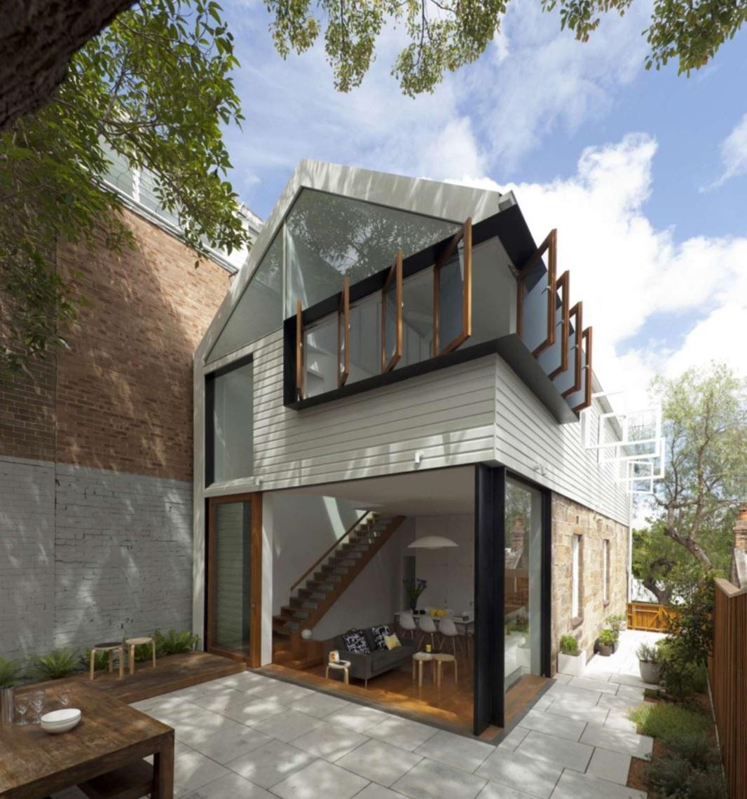 Casa de madera con grandes ventanales