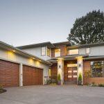 Planos de casa moderna de cuatro dormitorios y tres garajes